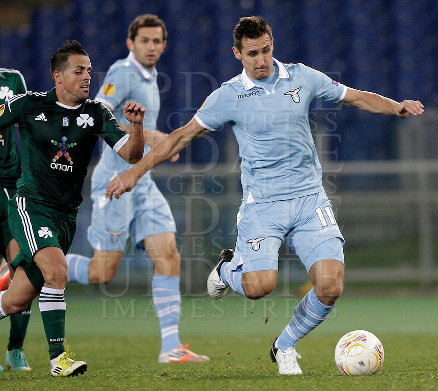 Calcio, Europa League: Lazio vs Panathinaikos. Roma, stadio Olimpico, 8 novembre 2012..Lazio forward Miroslav Klose, of Germany, is challenged by Panathinaikos midfielder Vitolo, of Spain, left, during the Europa League Group J football match between Lazio and Panathinaikos, at Rome's Olympic stadium, 8 november 2012..UPDATE IMAGES PRESS/Riccardo De Luca
