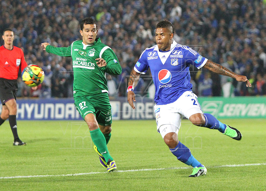 BOGOTA -COLOMBIA- 20 -11--2013. Roman Torres (Der)  de Millonarios  disputa el balon contra Nestor Camacho  (Izq) del Deportivo Cali ,partido correspondiente  a los cuadrangulares finales de la Liga Postobon jugado en el estadio Nemesio Camacho El Campin   / Roman Torres  (R) of Millonarios  fight for the ball  against Nestor Camacho (L) Deportivo Cali, homer game for the Postobon League finals played at the Estadio Nemesio Camacho El Campin .Photo: VizzorImage / Felipe Caicedol / Staff
