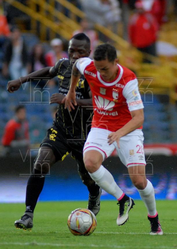 BOGOTA - COLOMBIA - 24-04-2016: Luis Seijas (Der.) jugador de Independiente Santa Fe disputa el balón con Jhersson Cordoba(Izq.) jugador de Alianza Petrolera, durante partido por la fecha 14 entre Independiente Santa Fe y Alianza Petrolera, de la Liga Aguila I-2016, en el estadio Nemesio Camacho El Campin de la ciudad de Bogota.  / Luis Seijas (R) player of Independiente Santa Fe struggles for the ball with con Juan Rios (L) player of Alianza Petrolera, during a match of the date 14 between Independiente Santa Fe and Alianza Petrolera, for the Liga Aguila I -2016 at the Nemesio Camacho El Campin Stadium in Bogota city, Photo: VizzorImage / Luis Ramirez / Staff.
