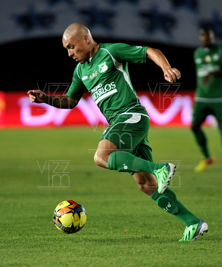 BOGOTA - COLOMBIA-26-06-2013: Vladimir Marin, defensa del Deportivo Cali en acción durante partido en el estadio Nemesio Camacho El Campin de la ciudad d Bogota, junio 26de 2013. Millonarios y Deportivo Cali, durante partido por la cuarta fecha de los cuadrangulares semifinales de la Liga Postobon I. (Foto: VizzorImage / Luis Ramirez / Staff). Vladimir Marin, defense of Deportivo Cali in action during game in the Nemesio Camacho El Campin stadium in Bogota City, June 26, 2013. Millonarios and Deportivo Cali during match for the fourth round of the semi finals of the Postobon League I. (Photo: VizzorImage / Luis Ramirez / Staff).