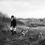 The Dummer Beagles..The Dummer hunt with permission of the Master of the Fox Hounds Association. Their country takes in the Heythrope, Warwick and the Cotswold foxhunting country. Manor Farm, Icomb, Gloucestershire. Hunting with Hounds / Mansion Editions (isbn 0-9542233-1-4) copyright Homer Sykes. +44 (0) 20-8542-7083. &lt; www.mansioneditions.com &gt;.
