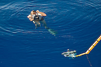 Le photographe en action au moment ou la photo précédente de l'hydrophone a été réalisée (par Caroline). L'astuce consiste à maintenir le hublot juste à la surface... Mieux vaut utiliser des palmes !