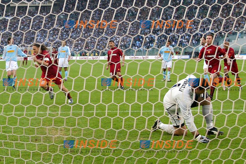 Roma 21/4/2004 CAMPIONATO ITALIANO SERIE A<br /> LAZIO - ROMA<br /> totti esulta dopo il gol del pareggio<br /> FOTO Andrea Staccioli Insidefoto