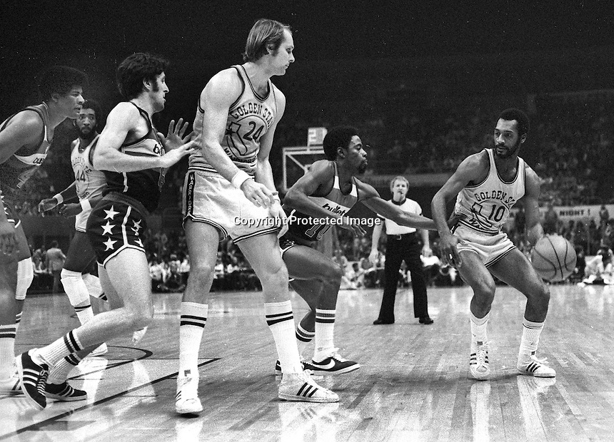 Golden State Warrior Charles Johnson guarded by Bullets Elvin Hayes, with Rick Barry..(1975 photo by Ron Riesterer)