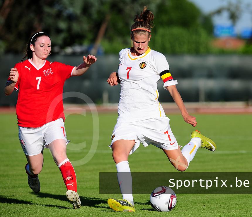 European Women's Under - 19 Championship 2011 Italy :.Switzerland - Belgium U19 : Justine Vanhaevermaet met het shot voor Michelle Probst.foto DAVID CATRY / VROUWENTEAM.BE