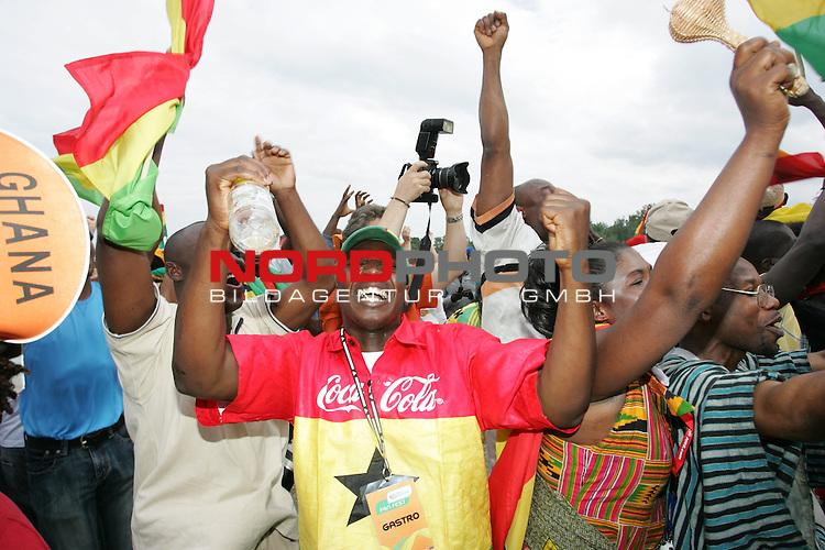 FIFA WM 2006 -  Fan Meile Nuernberg<br /> <br /> USA - Ghana<br /> <br /> Ghana Fans feiern das 1:0.<br /> <br /> Foto: nordphoto