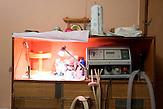 Marpha ist eine von etwa 500 Patienten mit Mukoviszidose in Moskau. Sie verbringt pro Tag etwa drei Stunden am Inhalationsgerät und nimmt viele Medikamente ein. Die Generika gegen diese Krankheit wirkten aber nicht. / Marpha is one of about 500 patients in Moscow. The generic for this disease is not working.
