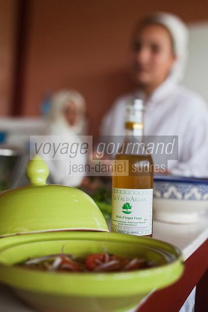 Afrique/Afrique du Nord/Maroc/Env d' Essaouira/Ounagha: Table d'Hôte du Domaine: Le Val d'Argan - l'Huile d'argan accompagne la salade de tomates du potager bio