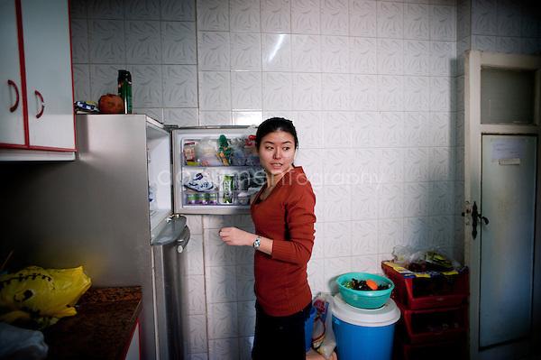 Copyright : Magali Corouge / Documentography.Le Caire, le 26 janvier 2013. .Yitong Shen dans la cuisine qu'elle partage avec 7 autres colocataires dans le quartier d'Abbasseya du Caire.