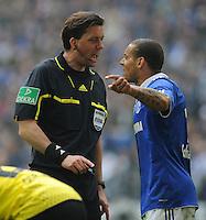 FUSSBALL   1. BUNDESLIGA   SAISON 2011/2012   31. SPIELTAG FC Schalke 04 - Borussia Dortmund                      14.04.2012 Jermaine Jones (re, FC Schalke 04) reklamiert bei Schiedsrichter Manuel Graefe (li)