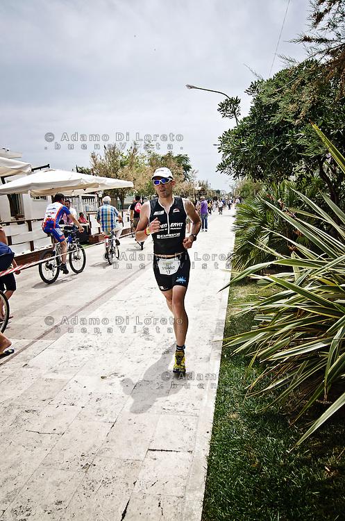 PESCARA (PE) 10/06/2012 - IRON MAN ITALY 70.3 ITALY. NELLA FOTO UN ATLETA DURANTE LA SESSIONE DI RUNNING. FOTO DI LORETO ADAMO
