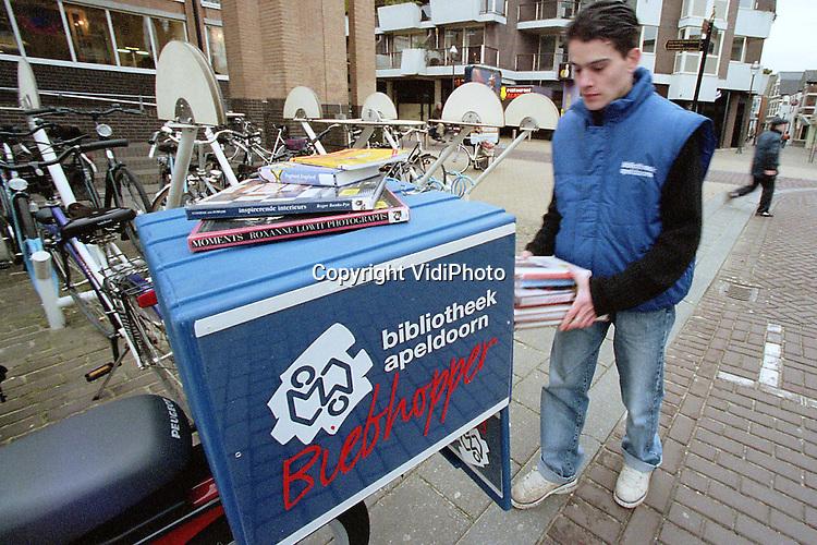 Foto: VidiPhoto..APELDOORN - De eerste Biebhopper van Nederland heet Gavin Manussos. Donderdag bracht hij met zijn brommer voor het eerst boeken van een bibliotheeklid terug naar de Centrale Bibliotheek (CB) in Apeldoorn. De CB is met een dikke 56.000 leden een van de grootste bibliotheken van Nederland. De Biebhopper is een extra service voor mensen die geen tijd hebben om hun geleende spullen terug te brengen. De kosten bedragen maximaal (afhankelijk van het aantal boeken) 10 gulden per rit. De CB verwacht dat de Biephopper .een groot succes wordt.