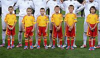 FUSSBALL  EUROPAMEISTERSCHAFT 2012   VIERTELFINALE Spanien - Frankreich      23.06.2012 Escortkids nehmen mit dem Team Auftsellung