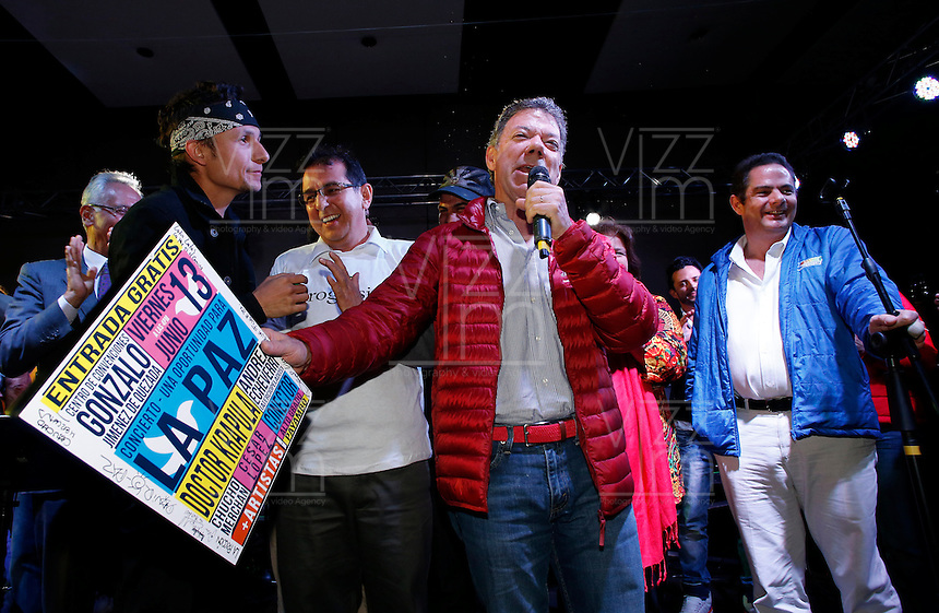 BOGOT&Aacute; -COLOMBIA. 14-06-2014. Juan Manuel Santos (Der), Presidente y candidato presidencial de Colombia por el partido de la Unidad Nacional en campa&ntilde;a. Las elecciones Presidenciales segunda vuelta en Colombia se realizar&aacute;n el 15 de junio de 2014 en todo el pa&iacute;s./ Juan Manuel Santos, President and presidential candidate of Colombia for the National Unity party in campaing. The Presidential elections second round in Colombia will be held in june 15, 2014 across the country. Photo: VizzorImage/ Campa&ntilde;a JMS Presidente<br />