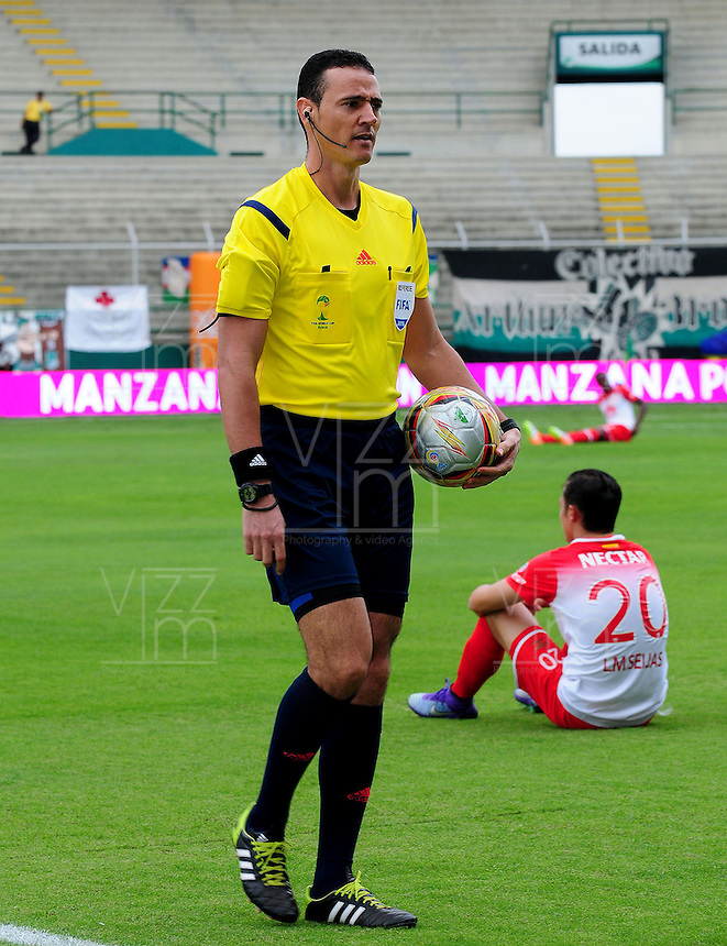 CALI -COLOMBIA-10-04-2016. Wilmar Roldan, arbitro,  durante el encuentro entre Deportivo Cali e Independiente Santa Fe durante partido por la fecha 12 de la Liga Águila I 2016 jugado en el estadio Palmaseca de Cali./ Wilmar Roldan, referee, during the match between Deportivo Cali and Independiente Santa Fe for the date 12 of the Aguila League I 2016 played at Palmaseca stadium in Cali. Photo: VizzorImage/ NR / Cont