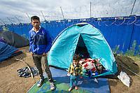 SERBIEN, 08.2016, Kelebija. Internationale Fluechtlingskrise: An der mit Zaeunen abgesperrten ungarischen Grenze stauen sich Fluechtlinge und Migranten. Sie bitten meist vergebens um Einlass in die  Asyl- und Transitzonen (blaue Container). So haben sich auf serbischer Seite provisorische Lager mit sehr schlechten Bedingungen gebildet. | International refugee crisis: Refugees and migrants have been piling up at the fenced-off Hungarian border. They are waiting for entrance into the asylum and transit zones (blue containers), mostly in vain. Thus provisional camps have emerged on the Serbian side with very bad conditions.<br /> &copy; Szilard V&ouml;r&ouml;s/EST&amp;OST