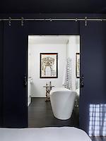 Marc Hertrich et Nicolas Adnet viennent de transformer un ancien atelier en appartement. Les deux scénaristes d'intérieur ont fait le choix de la couleur pour délimiter les espaces et donner une vibration à ce lieu qui en était dénué. Un aménagement emblématique de leur façon de travailler mais aussi de leur complicité.--Dans la salle de bains, le confort prime sur le décor. Face à la douche, la baignoire, Devon & Devon, impose la fluidité de ses courbes. Le guéridon en papier mâché du XIXe siècle s'harmonise parfaitement au dessin à l'encre noire et or du costume de lumière de Christian Lacroix.