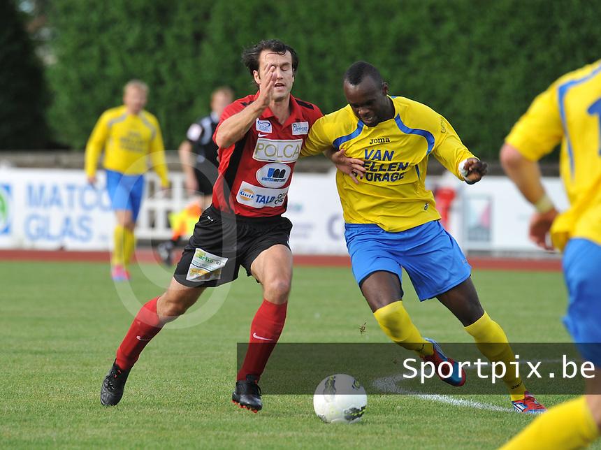 KFC Izegem - Cappellen / Kappellen FC : Tom Coghe in duel met Michel Nkunan (rechts).foto VDB / BART VANDENBROUCKE