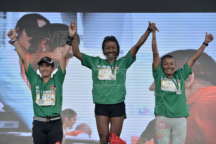 BOGOTÁ -COLOMBIA. 03-04-2016: Felisa Rodallega, Erminda Suarez Santos, Wilma Edith Lima ganadoras en la categoría master femenino de la Carrera Presta Tu Pierna 11K realizada hoy, 2 de abril de 2016, en la ciudad de Bogotá, Colombia./ Felisa Rodallega, Erminda Suarez Santos, Wilma Edith Lima winners of master women of the Presta Tu Pierna 11K race, that be held today, April 2 2016, at Bogota city. Photo: VizzorImage/ Gabriel Aponte / Staff
