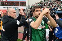 FUSSBALL   1. BUNDESLIGA   SAISON 2012/2013    31. SPIELTAG Bayer 04 Leverkusen - SV Werder Bremen                  27.04.2013 Die Fans vom SV Werder Bremen feiern die Mannschaft noch weit nach Spielschluss. Nach einiger Zeit kommt die Mannschaft um Trainer Thomas Schaaf (li) und Sokratis Papastathopoulos (re) aus der Kabine um sich von den Fans feiern zu lassen.