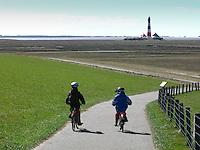 Kinder fahren an der Küste mit dem Fahrrad über den Deich, Nordsee, Westerhever Leuchtturm, Schleswig-Holstein, Nationalpark Schleswig-Holsteinisches Wattenmeer