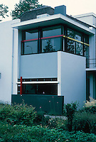 Gerrit Rietveld: Schroder House, Utrecht 1924. Side view. Photo '87.