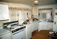 1990 December..Conservation.Ballentine Place..BEFORE REHAB.2648 MCKANN AVENUE.INTERIOR.KITCHEN.OWNER: MARY HUNTER...NEG#.NRHA#..