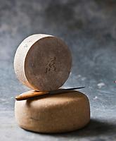 Europe/France/Aquitaine/64/Pyrénées-Atlantiques: Fromage  AOC Ossau-Iraty ,fromage au lait de brebis -  - Stylisme : Valérie LHOMME