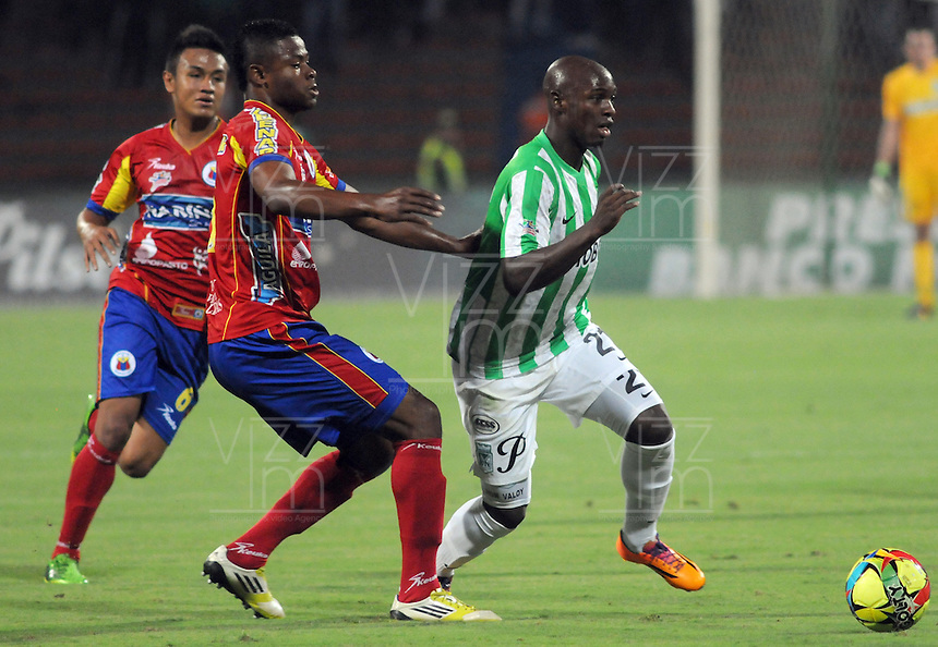 MEDELLIN -COLOMBIA-14-03-2014: Jhon Valoy(Der.) jugador del Atletico Nacional disputa el balon con el Deportivo Pasto durante partido de la onceava fecha de la Liga Postobon I 2014, jugado en el estadio Atanasio Girardot de la ciudad de Medellin. / Jhon Valoy (R) players of Atletico Nacional  fights for the ball with  Deportivo Pasto during a match for the eleventh date of the Liga Postobon I 2014 at the Atanasio Giradot stadium in Medellin  city. Photo: VizzorImage  / Luis Rios  / Str.