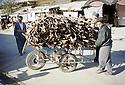 Irak 2000.Halabja:marchand de bois dans la rue.Iraq 2000.Halabja: Selling woods in the street