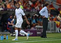 FUSSBALL  EUROPAMEISTERSCHAFT 2012   VIERTELFINALE Spanien - Frankreich      23.06.2012 Yann M Vila (li) bei seiner Auswechslung. Hinten: Trainer Laurent Blanc (re, beide Frankreich)