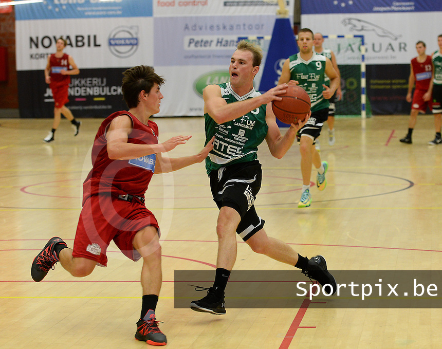 Kortrijk Sport CB B - Rapid Langemark : Amaury Tandt (r) aan de bal voor Felix Duyck (links)<br /> foto VDB / BART VANDENBROUCKE