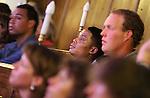 Foto: VidiPhoto<br /> <br /> DOORN - Een vernieuwde jongerenavond van de stichting Jij daar! in Doorn op vrijdagavond 11 april met als gast ds. R. van Kooten van de Hersteld Hervormde Gemeente in Apeldoorn. De jongerenavonden in Doorn zijn afgestapt van het bekende concept met een spreker. De avond kent nu een gast die op een interactieve wijze door zowel de gastheer als de bezoekers in de zaal bevraagd wordt. De stichting heeft een nieuw onderkomen gevonden in de Maartenskerk in het centrum van Doorn, met meer en betere parkeerplaatsen. In drie blokken van ruim tien minuten gaat gastheer Koos de Jong samen met de zaal het gesprek aan met een gast, van wie de naam vooraf niet bekend wordt gemaakt. Tussendoor zijn er optredens van een christelijke muzikant/zanger en heeft een zogenoemde sidekick zijn inbreng met informatieve beelden die christenen wat te zeggen hebben.