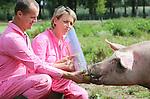 Foto: VidiPhoto<br /> <br /> ERP - Michiel en Marijke Nooijen uit het Brabantse Erp demonstreren dinsdag de eerste 'appelgooier' ter wereld. Bezoekers van hun website kunnen met een druk op de knop een gezond appeltje de verblijven van de scharreldieren inschieten. Ondanks dat er nauwelijks publiciteit aan is gegeven, is het gloednieuwe fenomeen zo populair dat er dagelijks een paar honderd appels de hokken ingeknald worden, tot groot plezier van het knorrende volkje. Behalve de fruitteler uit de buurt, wordt ook Nooijen er beter van. Ieder schot brengt 1,35 euro in het laatje. De 'investeerder' kan via een webcam live meekijken. Nooijen is de enige Nederlandse varkensboer die onder het eigen label VAIR, antibiotica-vrije scharrelvarkens fokt . Het populaire vlees wordt in eigen beheer verkocht aan restaurants, de eigen vleeswinkel en op evenementen.