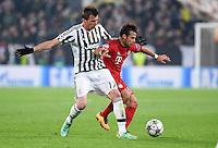 FUSSBALL CHAMPIONS LEAGUE  SAISON 2015/2016  ACHTELFINALE HINSPIEL Juventus Turin - FC Bayern Muenchen             23.02.2016 Mario Mandzukic (li, Juventus Turin) gegen Juan Bernat (re, FC Bayern Muenchen)