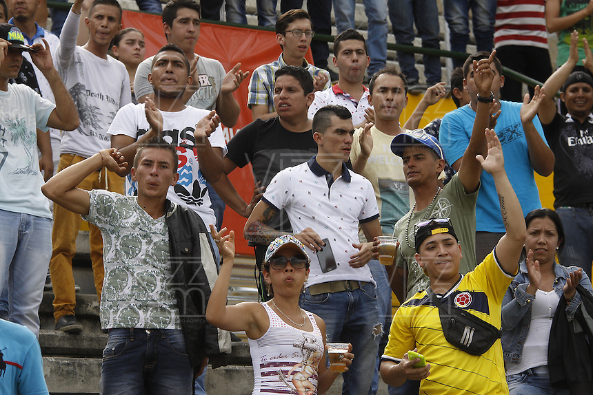 NEIVA, COLOMBIA, 01-05-2016: Hinchas del Huila animan a su equipo durante el partido entre Atlético Huila y Atlético Nacional por la fecha 16 de la Liga Águila I 2016 jugado en el estadio Guillermo Plazas Alcid de la ciudad de Neiva./ Fans of Huila cheer for their team during the match between Atletico Huila and Atletico Nacional for the date 16 of the Aguila League I 2016 played at Guillermo Plazas Alcid in Neiva city. VizzorImage / Sergio Reyes / Cont