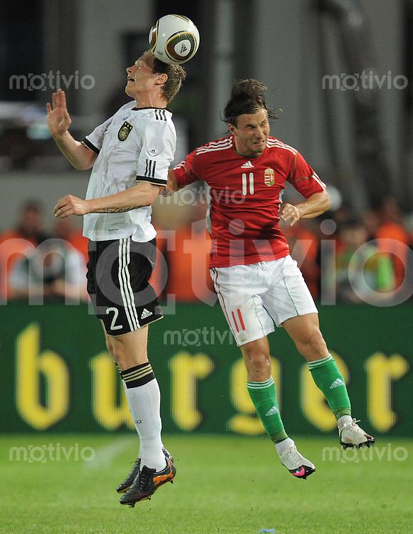 Fussball International:  Testspiel   29.05.2010 Ungarn - Deutschland Marcell Jansen (GER links) gegen Szabolcs Huszti (HUN)