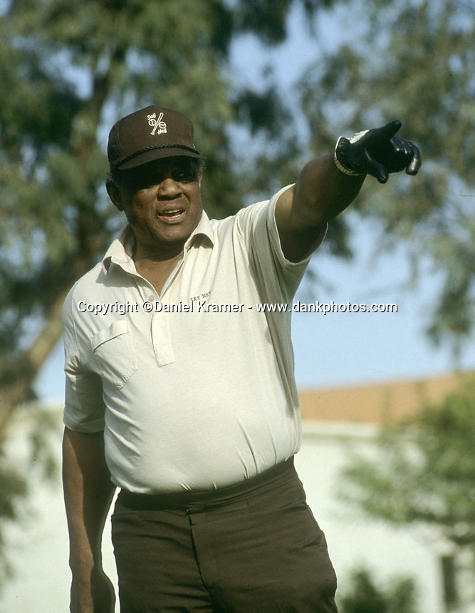 Willie Mays calls his shot at a charity golf tournament.