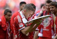 Fussball 1. Bundesliga   Saison  2012/2013   34. Spieltag   FC Bayern Muenchen  - FC Augsburg     11.05.2013 JUBEL; Deutscher Meister 2012/2013; FC Bayern Muenchen Bastian Schweinsteiger betrachtet die Schale