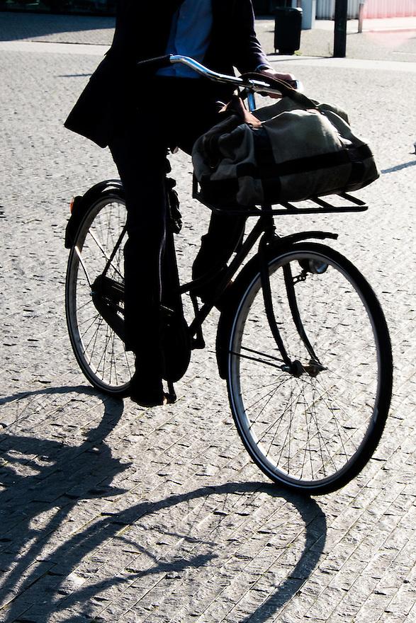 Nederland, Amsterdam, 16 juli 2015<br /> Amsterdam Zuidas. Kantoorpersoneel van de zuidas op weg naar huis.<br /> <br /> Foto: Michiel Wijnbergh