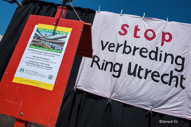 Nederland,Utrecht,  05-06-2016 Actie / demonstratie tegen de verbreding van de snelwegen rond Utrecht georganiseerd door de Kerngroep Ring Utrecht waar o.a Groen Links , Milieu Federatie Utrecht en SP  in participeren. Voor de uitbreiding moet langs de A27 bij landgoed Amelisweerd aan beide kanten een strook van 15 meter bos worden gekapt.  FOTO: Gerard Til / Hollandse Hoogte