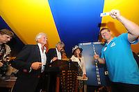 SKÛTSJESILEN: GROU: 17-07-2015, Traditionele loting voor de wedstrijden bij De Veenhoop en Earnewâld, Pieter Ezn. Meeter (Akkrum) trekt zijn lootje nummer vier voor De Veenhoop, ©foto Martin de Jong