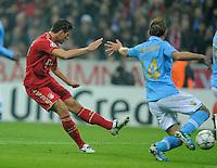 FUSSBALL   CHAMPIONS LEAGUE   SAISON 2011/2012     02.11.2011 FC Bayern Muenchen - SSC Neapel Mario Gomez (FC Bayern Muenchen) erzielt das Tor zum 0-1 gegen Hugo Campagnaro (re, SSC Neapel)