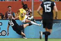 Dresden , 100711 , FIFA / Frauen Weltmeisterschaft 2011 / Womens Worldcup 2011 , Viertelfinale ,  ..Brasilien (BRA) gegen USA  ..Foul an Marta (BRA) durch Rachel Buehler (USA) , dafür gibt es die Rote Karte ..Foto:Karina Hessland ..