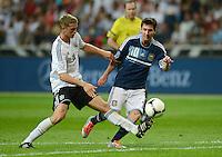 FUSSBALL Nationalmannschaft Freundschaftsspiel:  Deutschland - Argentinien             15.08.2012 Lars Bender (li, Deutschland)  gegen Lionel Messi (Argentinien)
