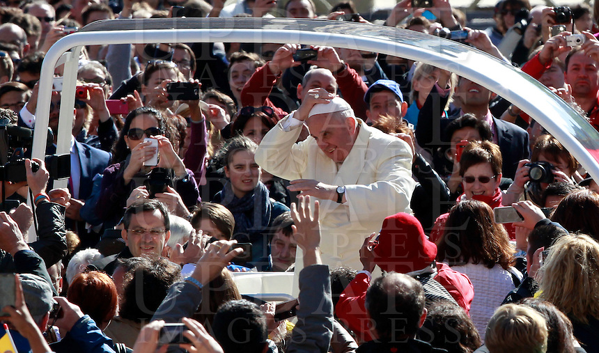 Papa Francesco saluta i fedeli al suo arrivo all'udienza generale del mercoledi' in Piazza San Pietro, Citta' del Vaticano, 16 aprile 2014.<br /> Pope Francis greets faithful as he arrives for his weekly general audience in St. Peter's Square at the Vatican, 16 April 2014.<br /> UPDATE IMAGES PRESS/Isabella Bonotto<br /> <br /> STRICTLY ONLY FOR EDITORIAL USE
