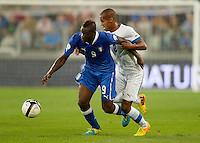 Fussball International  WM Qualifikation 2014   10.09.2013 Italien - Tschechien Mario Balotelli (li, Italien) gegen Theodor Gebre Selassie (Tschechische Republik)