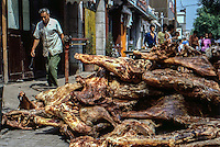 Cina, 1986, carne accatastata su un marciapiede<br /> China , in 1986 , meat piled on a sidewalk