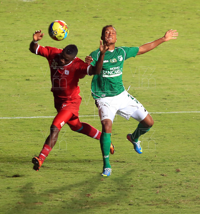 CALI -COLOMBIA-08-05-2013. Victor Giraldo (D) del Cali disputa el balón con Yamilson Rivera (I) del América durante partido de la fecha 8 de la Copa Postobón I-2013 en el estadio Pacual Guerrero./ Victor Giraldo (R) of Cali fights for the ball with Yamilson Rivera (L) of America during match of the 8th date of Postobon Cup I-2013 at Pascual Guerrero stadium. Photo: VizzorImage/Juan C. Quintero/STR