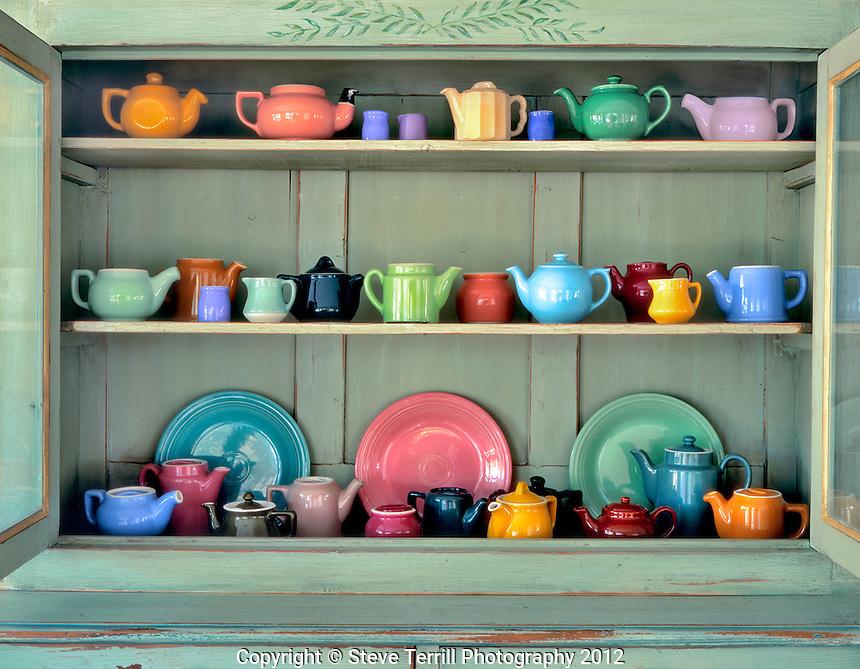 Cosas del hogar 16-002-Ceramic-teapots-in-antique-cabinet-in-Portland-Oregon